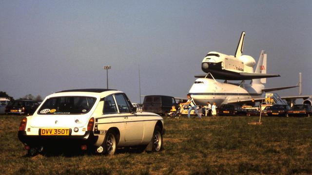 DVV 350T & Space Shuttle Enterprise, Stansted, June 1983.JPG
